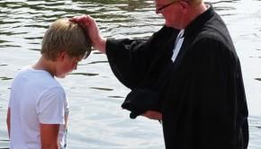 Pastor Wilhelm Timme mit einem Täufling in der Aller. Foto: (maw/so)