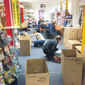 Hier werden die Schuhkartons für die Kinder gepackt. Foto: (so)