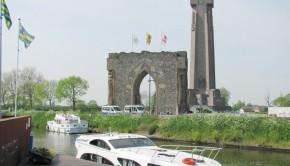 Der 84 Meter hohe Ijzerturm in Diksmuide und davor die Ruine des ersten Baus.      Foto: Kießler