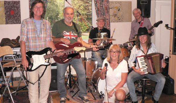 """Die Musiker der Bands Stolets, Contikies und """"Somewhere"""" spielen in Dorfmark. Foto: so"""