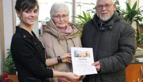 Glücksfee Jamie-Lee Zorn übergibt Karin Hansen (Mitte) den Gutschein. Foto: so