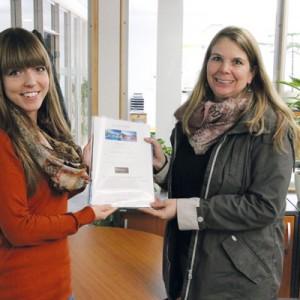 Franziska Haase (li) übergibt Cerstin Bünger den Hauptpreis. Foto: so