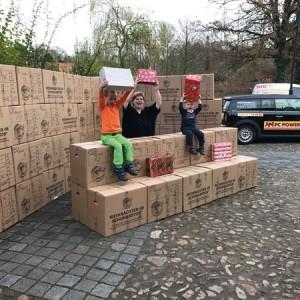 Carmen Ehlers mit ihren Kindern und den gepackten Geschenken. Foto: so
