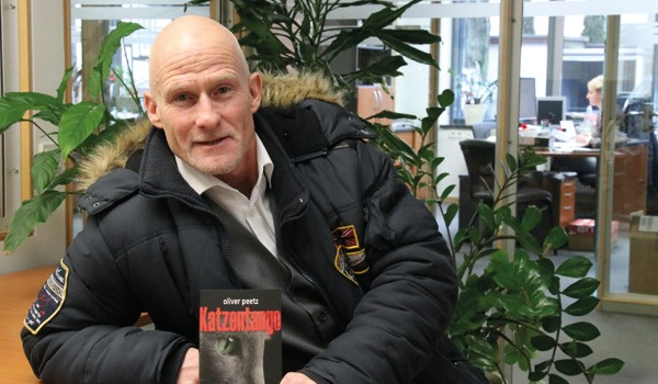 """Oliver Peetz mit seinem neuen Roman """"Katzentango"""". Foto: so"""